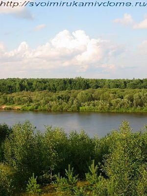 Природа у реки. Облака