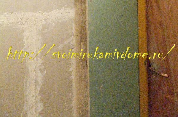 Стена ванной, откос и дверь