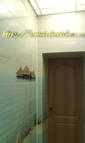 Стена ванной комнаты с дверью