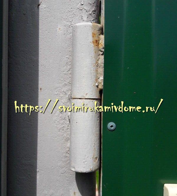 Петля на воротах и столбе