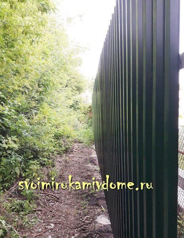 Забор у дома готов