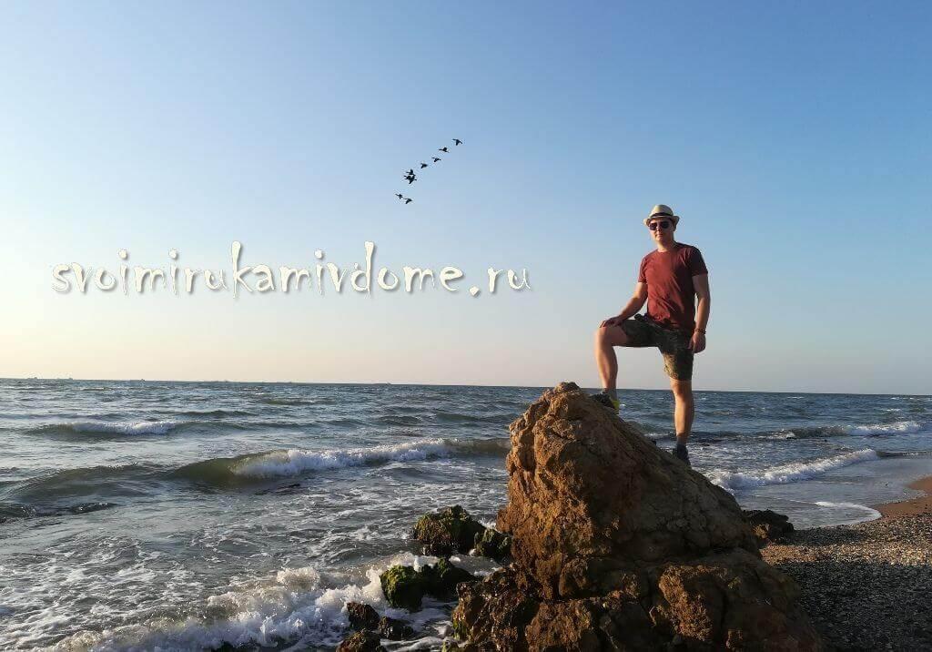 На камне на берегу Азовского моря