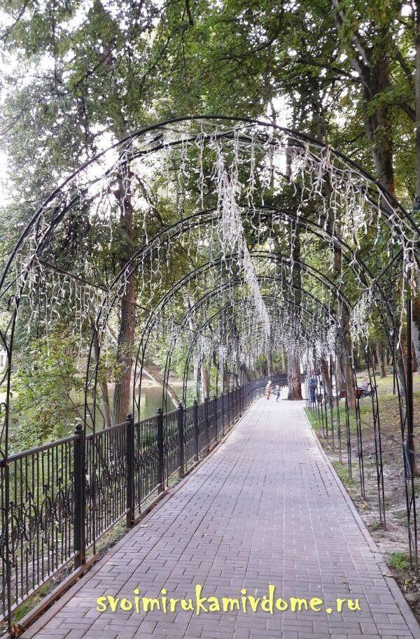 Арки с гирляндами освещения в парке
