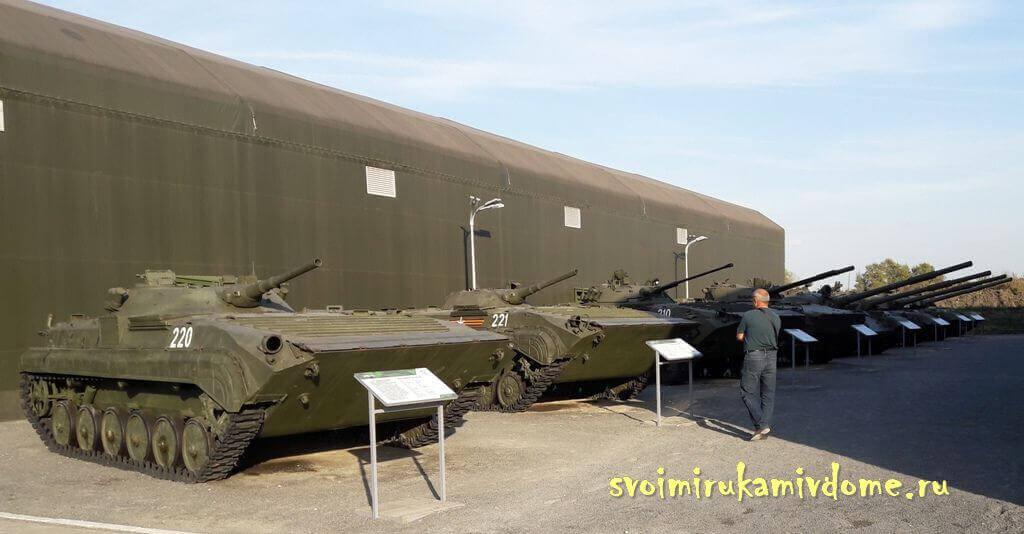 Боевые машины и танки в парке