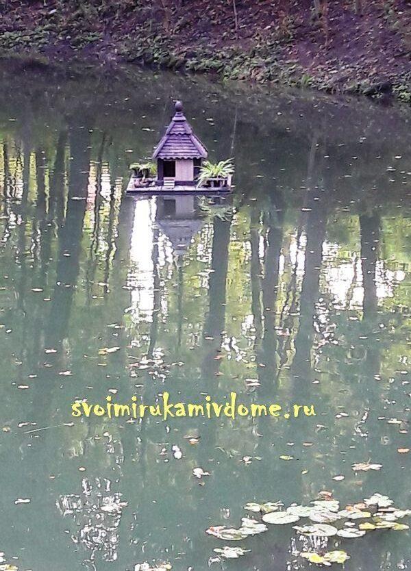 Домик для уток на пруду