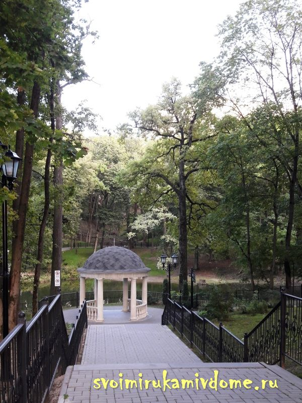Вид сверху на ротонду в парке