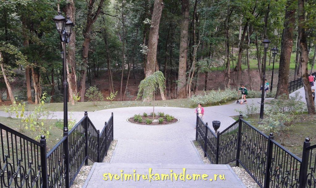 Западная дорожка и лестница в парке