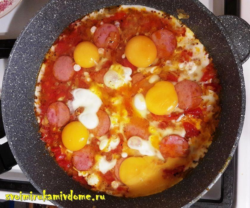 Яичница с помидорами, луком, колбасой
