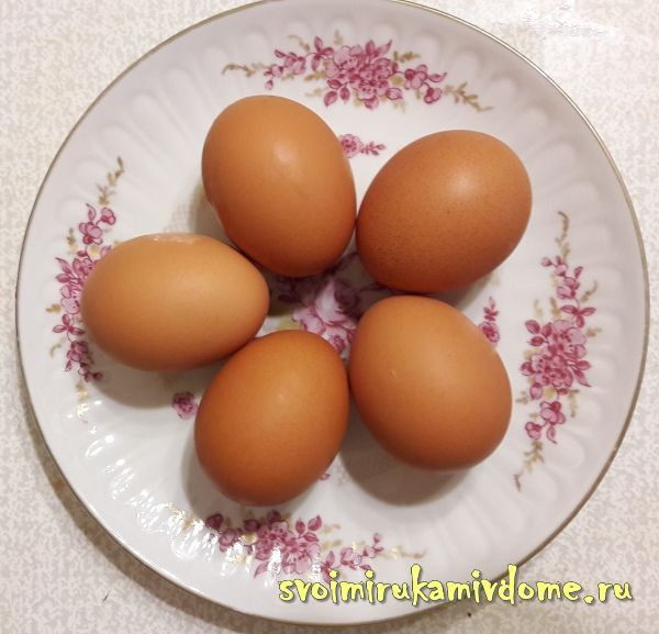 Яйца на тарелке для яичницы