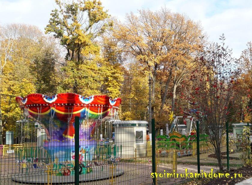 Карусели в Белоусовском парке Тулы