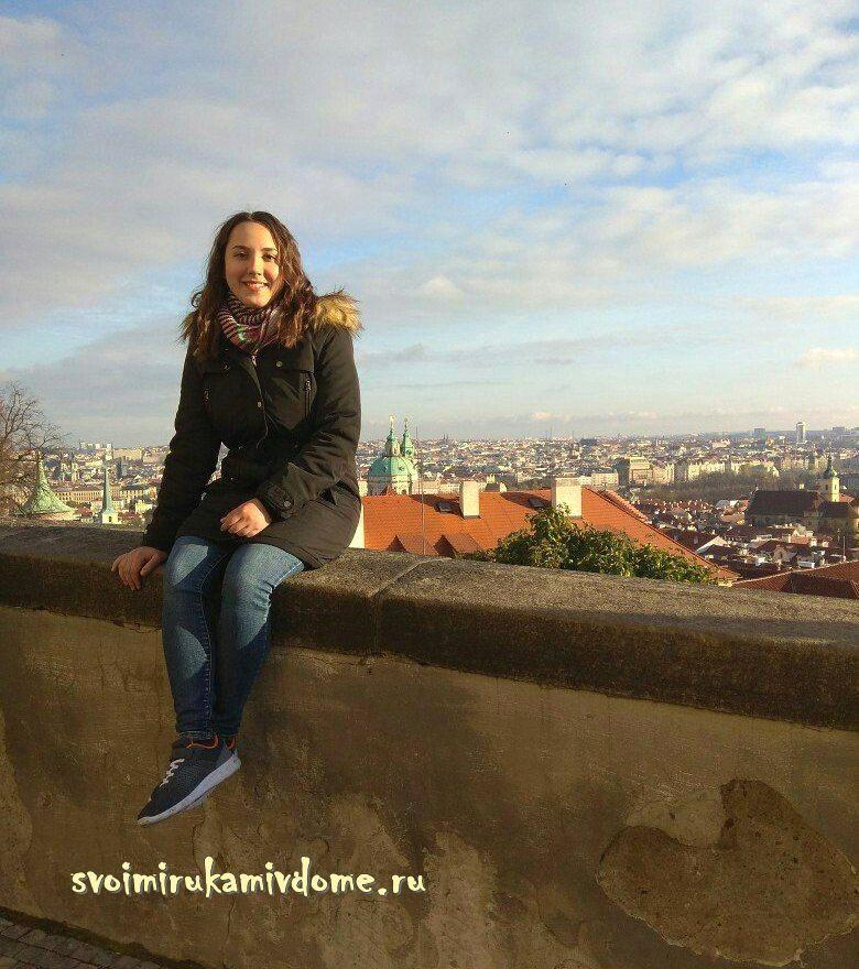 Фото на фоне вида на Прагу
