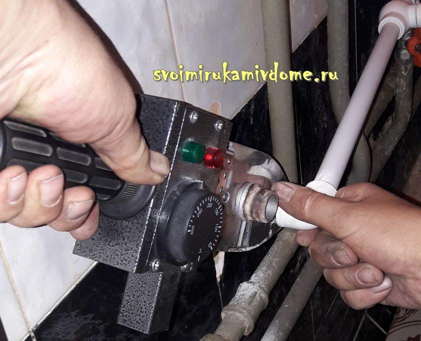Нагрев трубы сварочным аппаратом для соединения
