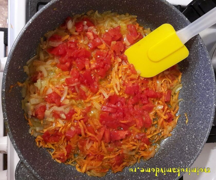 Томаты добавила к луку и моркови