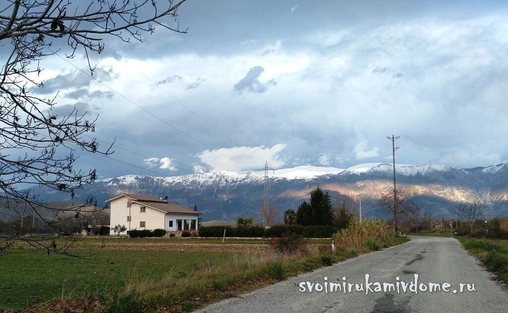 Дорога в горной долине Италии