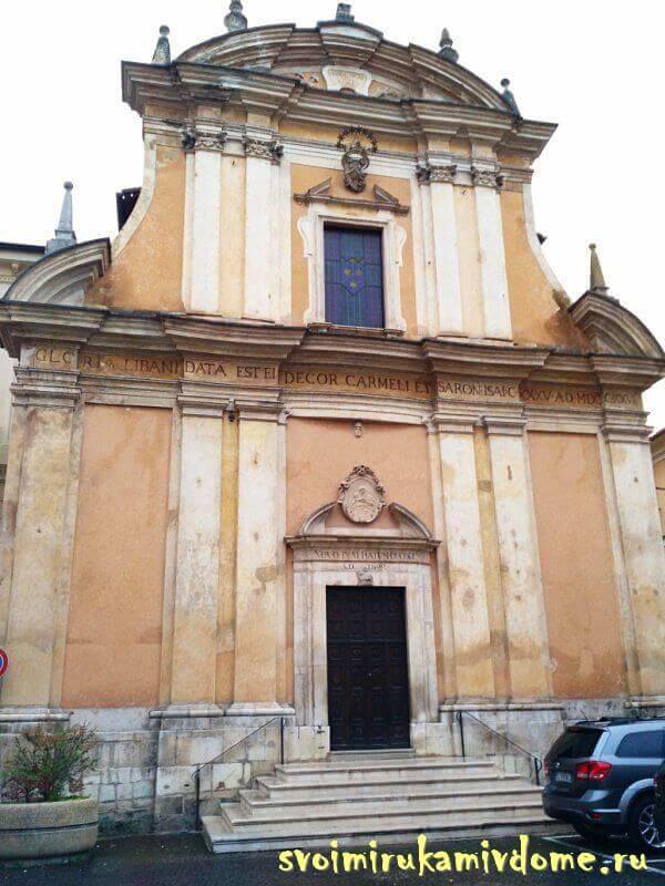Фасад храма в Сульмоне, Италия