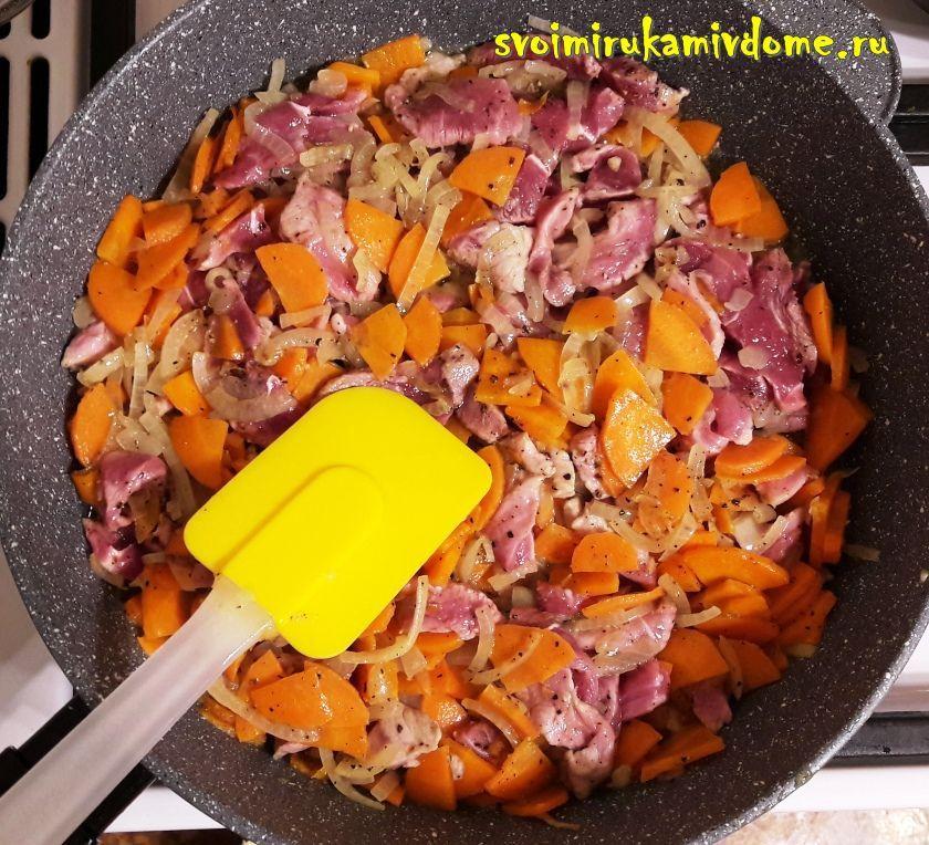 Мясо добавлено к луку, моркови