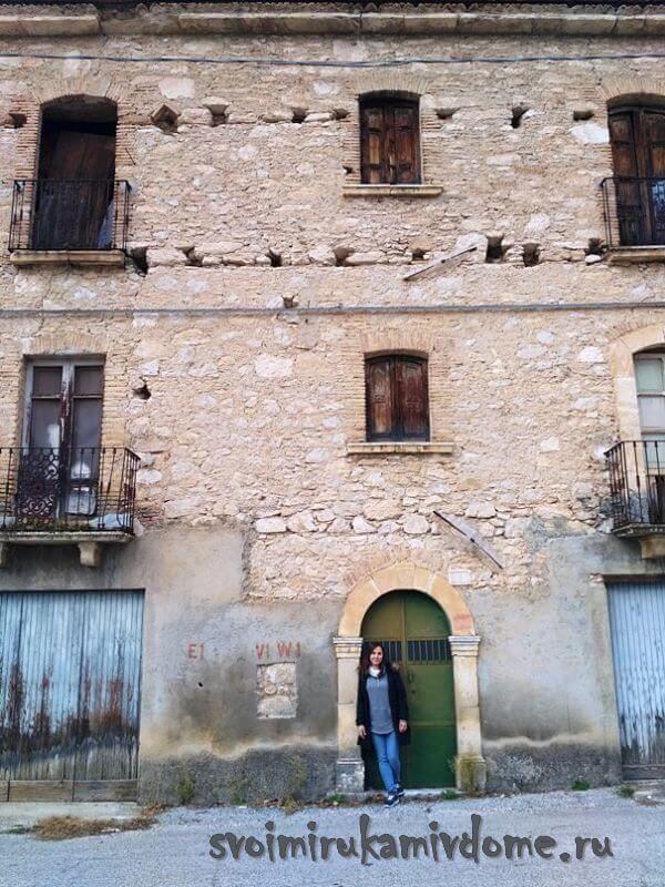 Старый дом в городке Италии