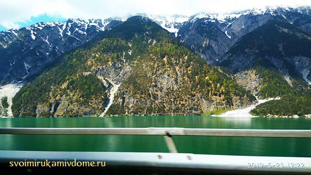 На машине по дороге мимо озера