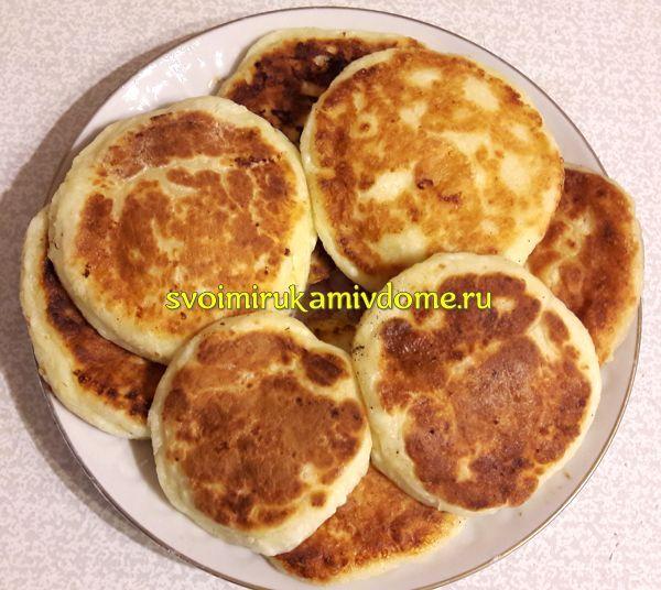 Классические сырники выложены на тарелку
