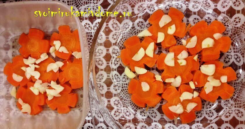 Морковь и чеснок уложены на дно ёмкости