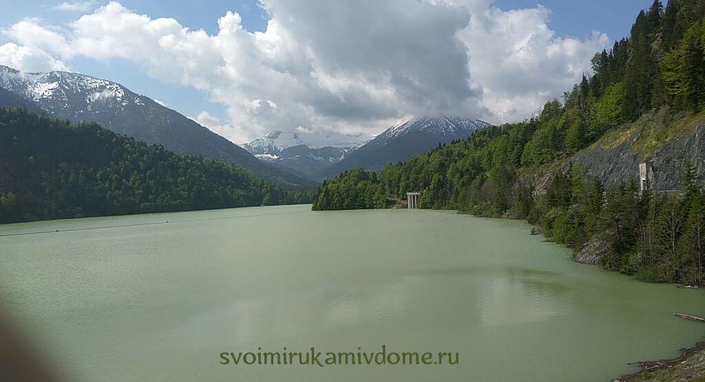 Горное озеро в пасмурную погоду
