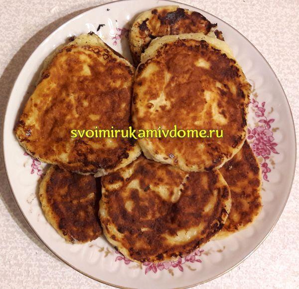 Сырники с манной крупой на тарелке