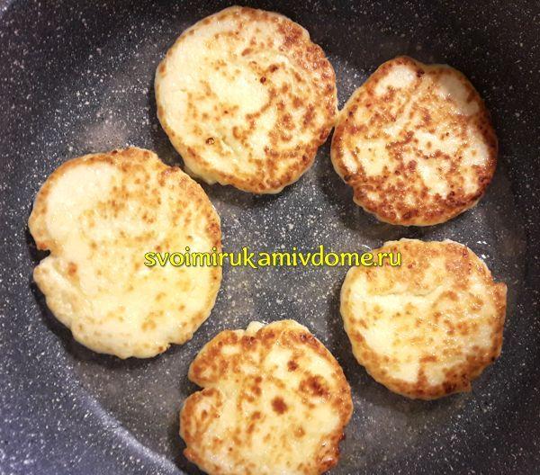 Сырники обжариваются на сковороде