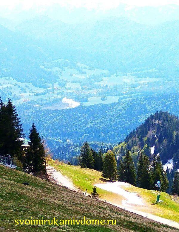 Вид на тропинку и горную долину