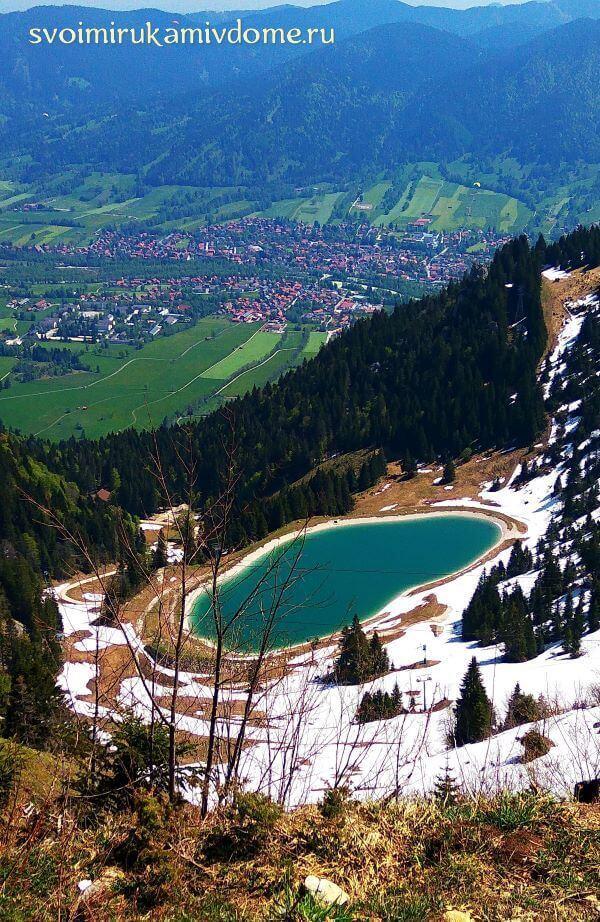 Вид на озерцо и долину с высоты
