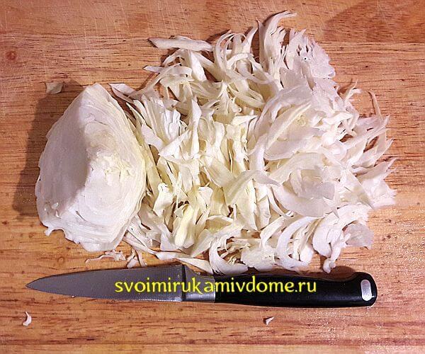 Капуста режется для щей со свининой