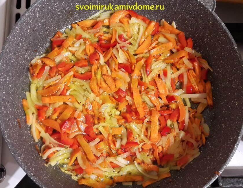Морковь, лук, болгарский перец тушатся для щей