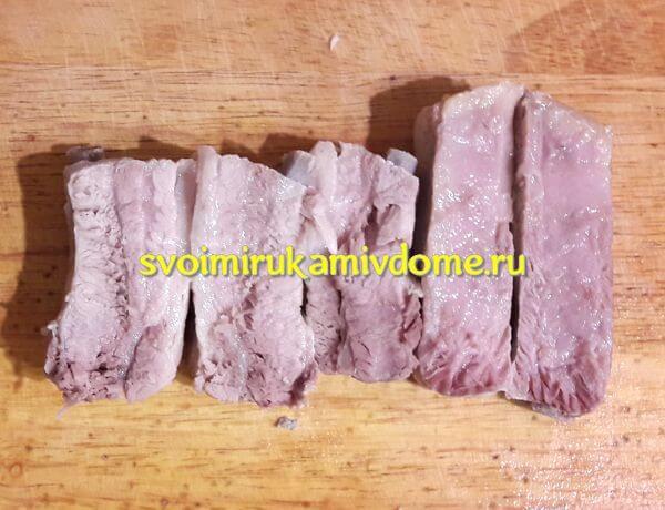 Мясо свинина сварено для щей, разрезано