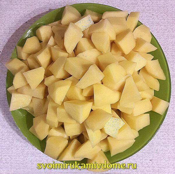 Картофель порезан для тушения