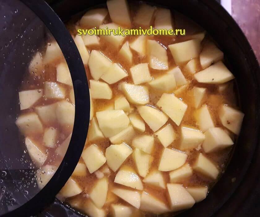 Картофель тушится с мясом, грибами