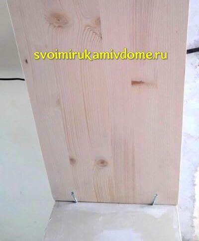 Щит приклеивается к верху дверного проёма