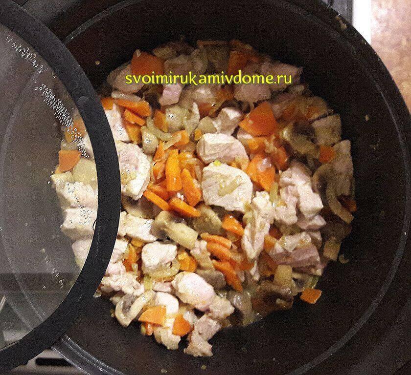 Мясо тушится с луком, морковью, грибами