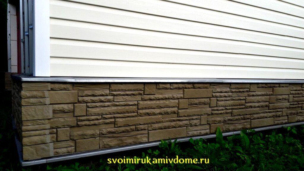 Стена дома отделана фасадными панелями, сайдингом