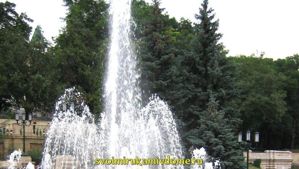 Фонтан в Ессентуках на фоне деревьев