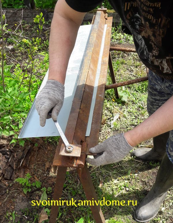 Крепление листа металла в станке для гибки отливов