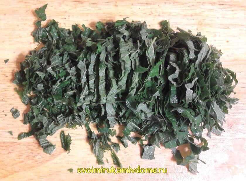 Листья крапивы порезаны для щей зелёных
