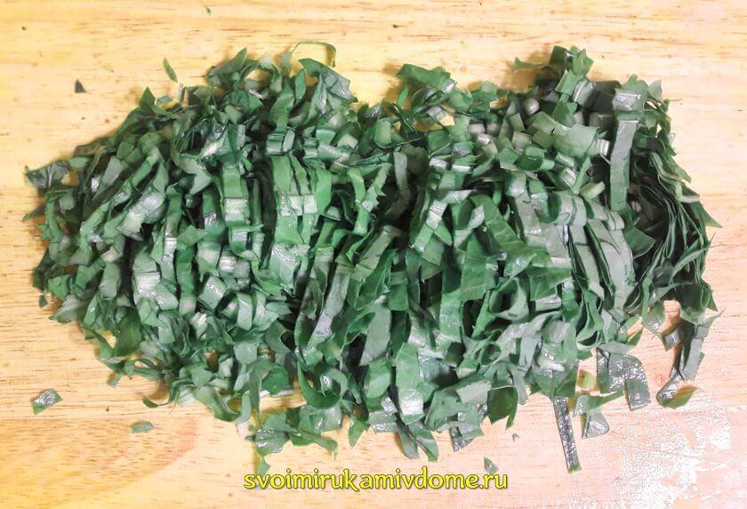 Листья щавеля порезаны для щей зелёных